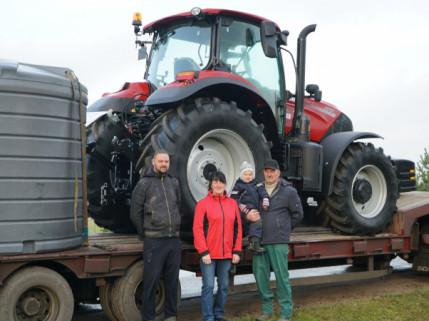 """100-ąjį traktorių """"Dotnuva Baltic"""" pažymėjo ypatinga dovana klientui"""