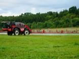"""Baltijos šalyse dirba pirmas savaeigis purkštuvas """"Agrifac"""", kuris atpažins piktžoles žaliame lauke"""